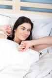Νέα γυναίκα που ξυπνά Στοκ φωτογραφία με δικαίωμα ελεύθερης χρήσης