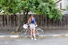 Νέα γυναίκα που οδηγά ένα ποδήλατο στοκ φωτογραφία με δικαίωμα ελεύθερης χρήσης