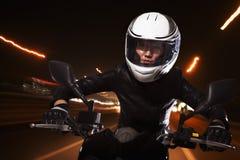 Νέα γυναίκα που οδηγά μια μοτοσικλέτα μέσω των οδών του Πεκίνου, ελαφριά ίχνη Στοκ φωτογραφίες με δικαίωμα ελεύθερης χρήσης
