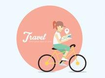 Νέα γυναίκα που οδηγά στο ποδήλατο με το χάρτη Στοκ φωτογραφία με δικαίωμα ελεύθερης χρήσης
