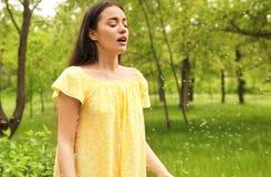 Νέα γυναίκα που πάσχει από την εποχιακή αλλεργία, διάστημα για το κείμενο στοκ εικόνες με δικαίωμα ελεύθερης χρήσης