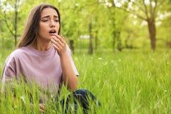 Νέα γυναίκα που πάσχει από την εποχιακή αλλεργία υπαίθρια στοκ φωτογραφίες