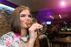 Νέα γυναίκα που πίνει το άσπρο κρασί Στοκ φωτογραφία με δικαίωμα ελεύθερης χρήσης
