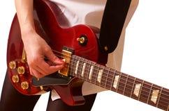 Νέα γυναίκα που παίζει την κιθάρα στο λευκό στοκ φωτογραφία