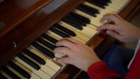 Νέα γυναίκα που παίζει το πιάνο απόθεμα βίντεο