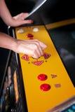 Νέα γυναίκα που παίζει arcade Στοκ φωτογραφία με δικαίωμα ελεύθερης χρήσης
