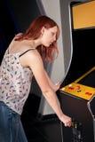 Νέα γυναίκα που παίζει arcade Στοκ φωτογραφίες με δικαίωμα ελεύθερης χρήσης
