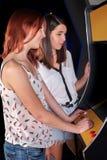 Νέα γυναίκα που παίζει arcade Στοκ Φωτογραφία