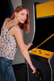 Νέα γυναίκα που παίζει arcade Στοκ εικόνες με δικαίωμα ελεύθερης χρήσης