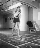 Νέα γυναίκα που παίζει shuffleboard (όλα τα πρόσωπα που απεικονίζονται δεν ζουν περισσότερο και κανένα κτήμα δεν υπάρχει Εξουσιοδ Στοκ Φωτογραφίες