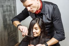Νέα γυναίκα που παίρνει ένα νέο κούρεμα hairdressing στο σαλόνι στοκ φωτογραφία με δικαίωμα ελεύθερης χρήσης