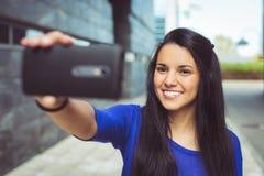 Νέα γυναίκα που παίρνει μια φωτογραφία μόνος-πορτρέτου selfie στοκ εικόνες