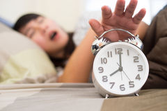 Νέα γυναίκα που παίρνει τονισμένη για να ξυπνήσει πάρα πολύ νωρίς Στοκ Εικόνες
