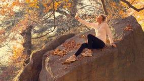 Νέα γυναίκα που παίρνει selfie στο πάρκο απόθεμα βίντεο