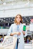 Νέα γυναίκα που παρουσιάζει αγορές App Στοκ φωτογραφία με δικαίωμα ελεύθερης χρήσης