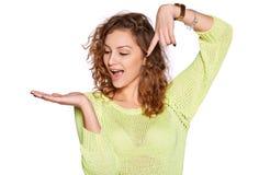 Νέα γυναίκα που παρουσιάζει ανοικτό χέρι στοκ φωτογραφία