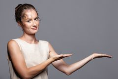 Νέα γυναίκα που παρουσιάζει και που παρουσιάζει διάστημα αντιγράφων σε ετοιμότητα Στοκ Εικόνες