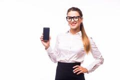 Νέα γυναίκα που παρουσιάζει κινητό τηλέφωνο με, απομονωμένος στο άσπρο υπόβαθρο Στοκ φωτογραφίες με δικαίωμα ελεύθερης χρήσης