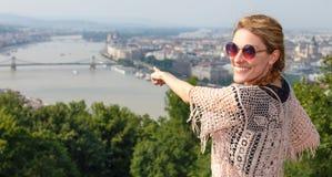 Νέα γυναίκα που παρουσιάζει πανόραμα της Βουδαπέστης, Ουγγαρία Στοκ Εικόνες