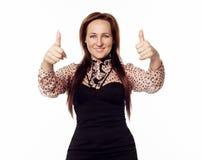 Νέα γυναίκα που παρουσιάζει στο χέρι εντάξει σημάδι Στοκ φωτογραφία με δικαίωμα ελεύθερης χρήσης