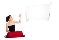 Νέα γυναίκα που παρουσιάζει το αφηρημένο διάστημα αντιγράφων origami Στοκ εικόνα με δικαίωμα ελεύθερης χρήσης