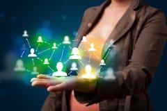 Νέα γυναίκα που παρουσιάζει το σύγχρονο χάρτη δικτύων τεχνολογίας κοινωνικό στοκ εικόνες