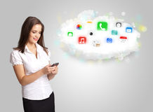 Νέα γυναίκα που παρουσιάζει το σύννεφο με τα ζωηρόχρωμα app εικονίδια και τα σύμβολα Στοκ Εικόνες
