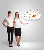 Νέα γυναίκα που παρουσιάζει το σύννεφο με τις γραφικές παραστάσεις και τα διαγράμματα Στοκ εικόνα με δικαίωμα ελεύθερης χρήσης