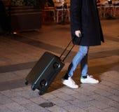 Νέα γυναίκα που περπατά γύρω από την πόλη Το χέρι της κρατά τις αποσκευές στοκ φωτογραφίες με δικαίωμα ελεύθερης χρήσης