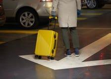 Νέα γυναίκα που περπατά γύρω από την πόλη Το χέρι της κρατά τις αποσκευές στοκ εικόνα με δικαίωμα ελεύθερης χρήσης