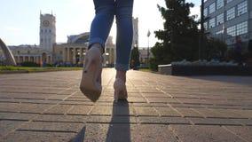 Νέα γυναίκα που περπατά κατά μήκος της αστικής οδού το πρωί Unrecognizable να ανταλάξει επιχειρηματιών στην εργασία Κορίτσι που ε απόθεμα βίντεο