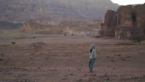Νέα γυναίκα που περπατά στην έρημο το βράδυ, μετά από το ηλιοβασίλεμα timna πάρκων του Ισραήλ απόθεμα βίντεο