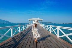 Νέα γυναίκα που περπατά στην ξύλινη γέφυρα στο νησί Si chang, Ταϊλάνδη Στοκ εικόνα με δικαίωμα ελεύθερης χρήσης