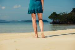 Νέα γυναίκα που περπατά στην τροπική παραλία Στοκ Εικόνες