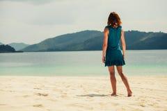 Νέα γυναίκα που περπατά στην τροπική παραλία Στοκ εικόνα με δικαίωμα ελεύθερης χρήσης
