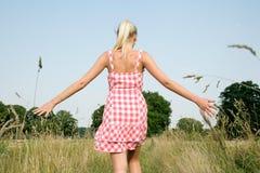 Νέα γυναίκα που περπατά στη φύση Στοκ Εικόνες