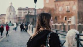 Νέα γυναίκα που περπατά στο κέντρο της πόλης, ρωμαϊκό φόρουμ Ο θηλυκός ταξιδιώτης παίρνει τη φωτογραφία των παλαιών πόλης καταστρ φιλμ μικρού μήκους