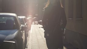 Νέα γυναίκα που περπατά στο πεζοδρόμιο κάτω από την ηλιοφάνεια, αρχή της επιτυχούς ημέρας απόθεμα βίντεο