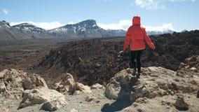Νέα γυναίκα που περπατά hihg στα βουνά και που παρατηρεί έναν τεράστιο κρατήρα του ηφαιστείου Teide Tenerife, Κανάρια νησιά, Ισπα απόθεμα βίντεο