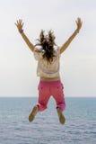 Νέα γυναίκα που πηδά θαλασσίως Στοκ φωτογραφίες με δικαίωμα ελεύθερης χρήσης