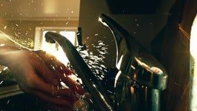 Νέα γυναίκα που πλένει τα χέρια της ενάντια στον καμμένος ήλιο φιλμ μικρού μήκους