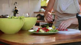 Νέα γυναίκα που προετοιμάζει μια σαλάτα φιλμ μικρού μήκους
