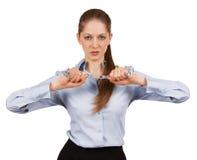 Νέα γυναίκα που προσπαθεί να σπάσει μια αλυσίδα μετάλλων Στοκ Φωτογραφία