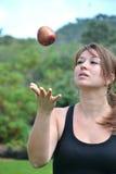 Νέα γυναίκα που προωθεί ένα μήλο Στοκ εικόνες με δικαίωμα ελεύθερης χρήσης