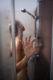 Νέα γυναίκα που πλένει την τρίχα της με το σαμπουάν Στοκ εικόνες με δικαίωμα ελεύθερης χρήσης