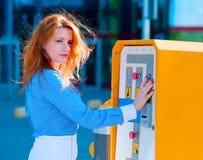 Νέα γυναίκα που πληρώνει για το χώρο στάθμευσης στην οδό στοκ φωτογραφίες με δικαίωμα ελεύθερης χρήσης