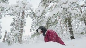 Νέα γυναίκα που ρίχνει το χιόνι επάνω κίνηση αργή φιλμ μικρού μήκους