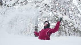 Νέα γυναίκα που ρίχνει το χιόνι επάνω απόθεμα βίντεο