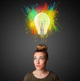 Νέα γυναίκα που σκέφτεται με το lightbulb επάνω από το κεφάλι της Στοκ εικόνες με δικαίωμα ελεύθερης χρήσης