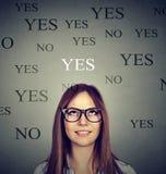 Νέα γυναίκα που σκέφτεται ναι ή όχι στοκ εικόνες